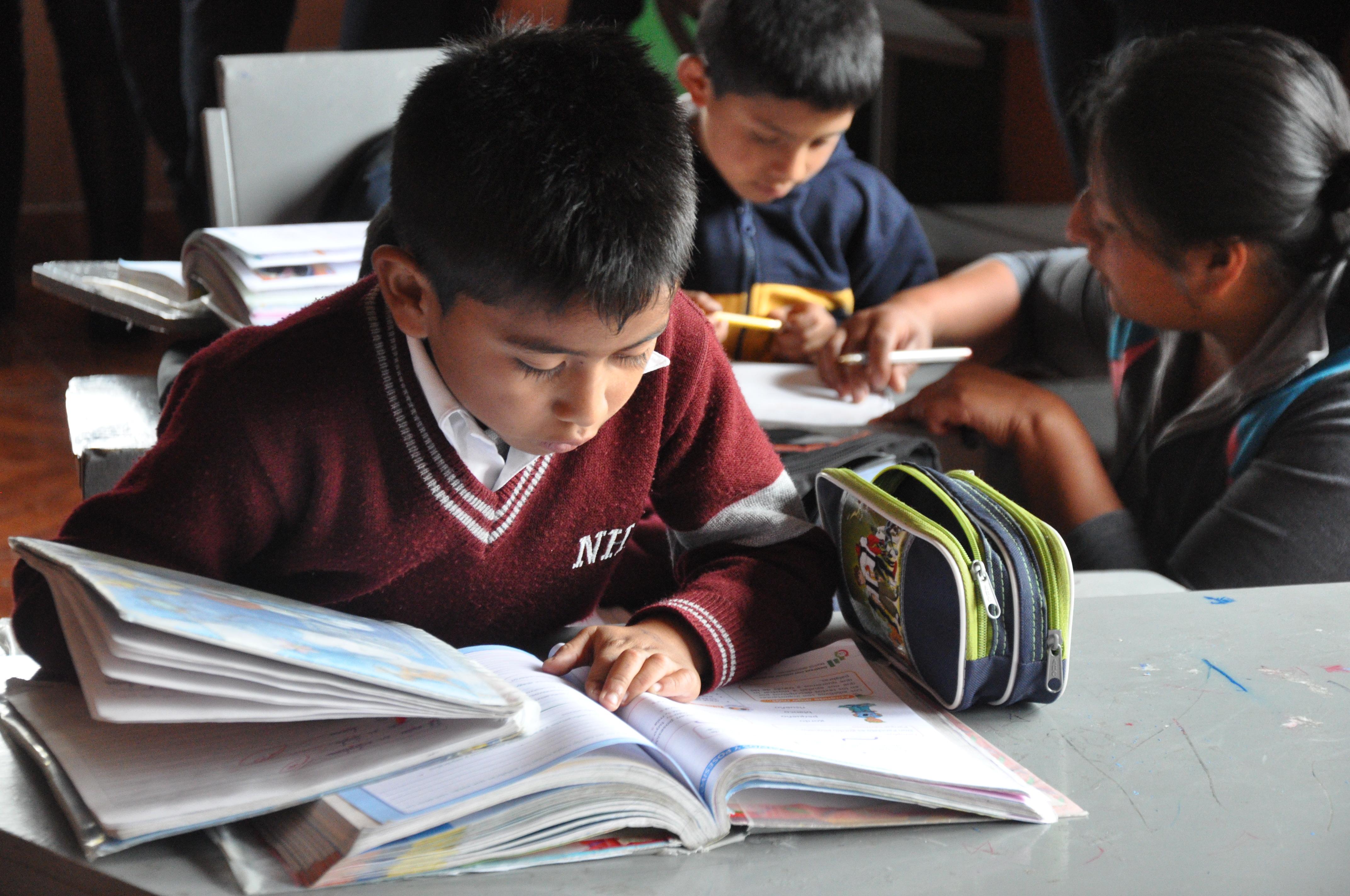 Ecuadoran grade school students reading