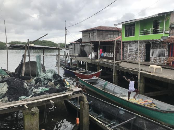 Many homes in Tumaco are wooden shacks on puny stilts that spill out into the sea. Some have no sewage, running water, or electricity. Image by Mariana Palau/TNH. Colombia, 2019.