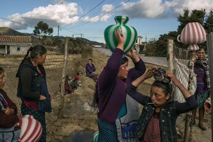 Women collect water in the town of Agua Alegre, in the arid, alpine reaches of the department of Huehuetenango. Image by Mauricio Lima. Guatemala, 2019.